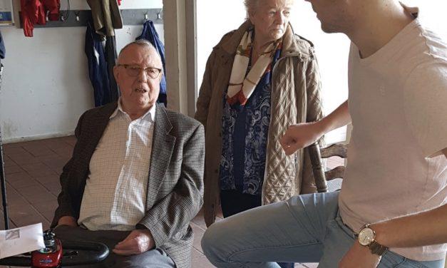 Oudste KCR lid Dhr. van Galen koopt de eerste KCR loterij loten